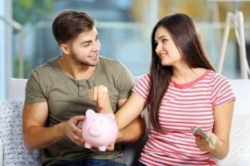 Paar wirft Geld in gemeinsame Spardose